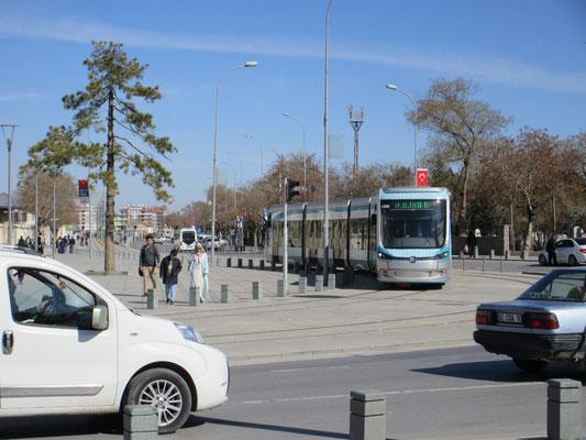 In der Stadt Konya gibt es ein neues Tram, sogar rollstuhlgängig