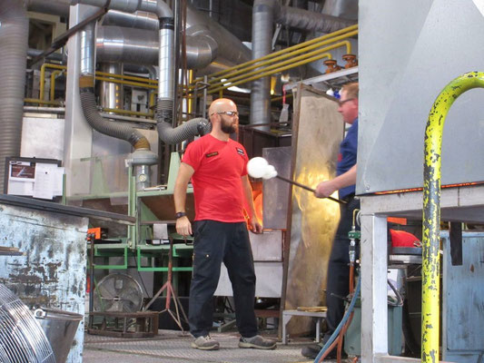In der finnischen Glasbläserei von Kalvola können Besucher den Arbeitern zuschauen