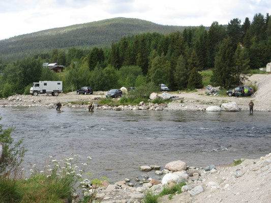 Der Fluss Kolvitsa endet  einen Kilometer später im Weissen Meer