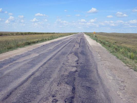 Wir sind wieder in Kasachstan, die Strassen zum Glück nicht auf der ganzen Strecke nach Astana in diesem Zustand