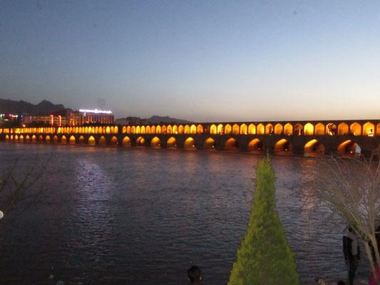 Die Brücke mit 33 Bogen in Isfahan