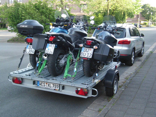 3 BMW auf einen Anhänger