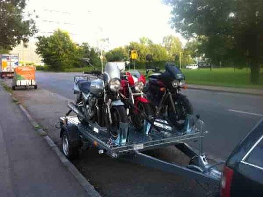 3 Mopeds auf einem Anhänger