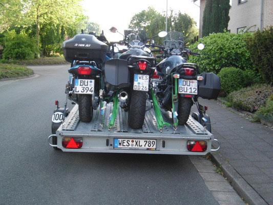 3 Boxer auf einen Motorradanhänger