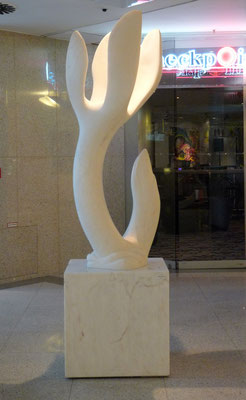 Frühlingserwachen, 2005, Marmor Estremoz Creme, 242 x 70 x 60 cm