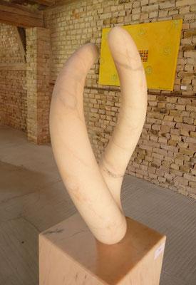 2 Elementos, 2013, Mármore Estremoz Creme, 153 x 38 x 30 cm