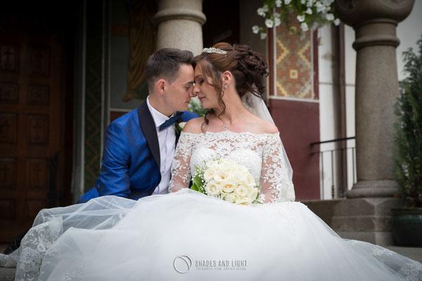 Fotografie de nunta pe treptele bisericii din Calimanesti