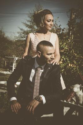 Fotografie de nunta in curtea casei cu efect vintage