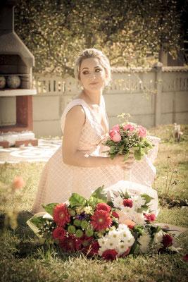 Fotografie de nunta cu flori in curtea casei