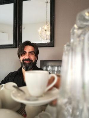 """""""Bild:""""Espresso Bandits - Kaffee Catering fuer Messen - Pietro reicht dem Betrachter einen Espresso an"""