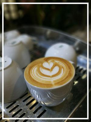 """""""Bild:"""" Espresso Bandits - Kaffee Catering fuer Messen - latte art cappuccino steht auf Tassenablage der espresso Maschine"""