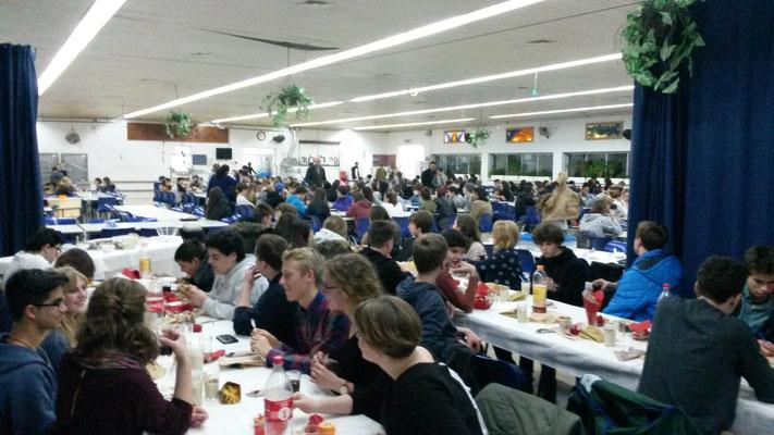 Gemeinsames Essen im Jugenddorf