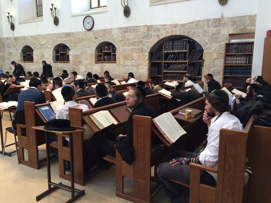 Blick in die Hurva Synagoge mit Thora studierenden Juden