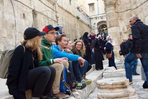 Auf den Stufen vor der Anastasis-Kirche