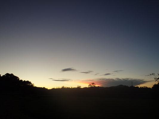 日が沈む東の空