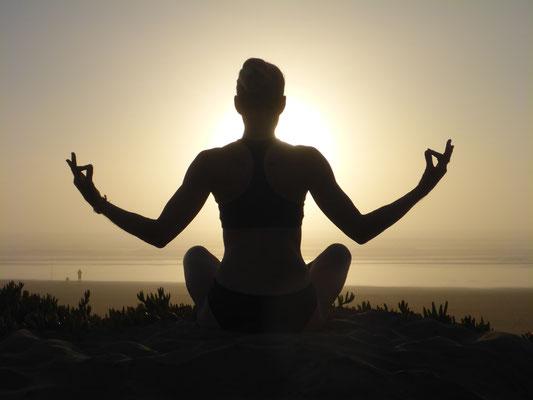 Meditation am Strand - hello-balance