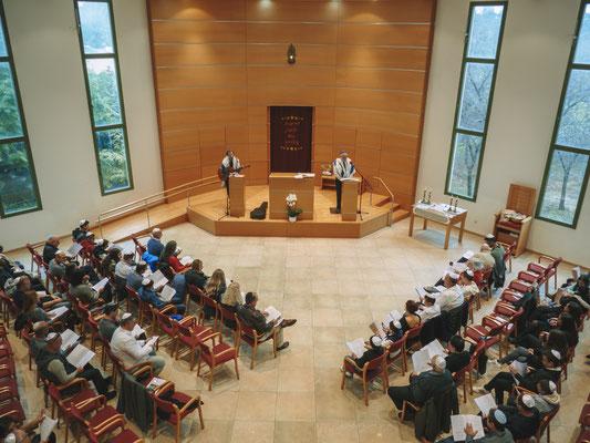 החלל הגדול מחלון למעלה כלפי הבמה - בית הכנסת הרפורמי דרכי נועם