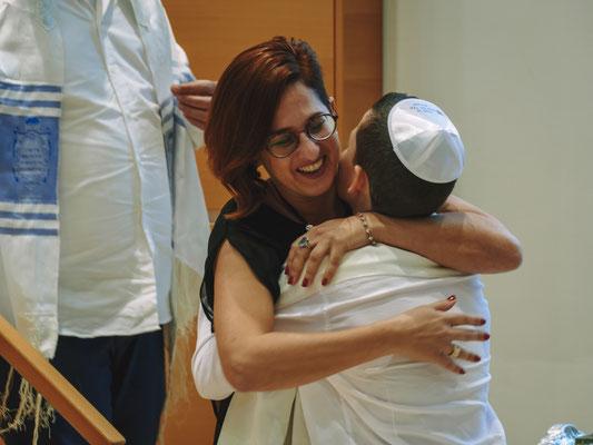 חיבוק של אמא לאחר הטקס - בית הכנסת הרפורמי דרכי נועם