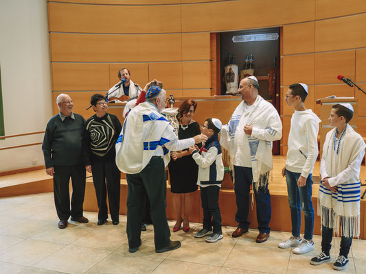 העברת הספר התורה בין המשפחה - בית הכנסת הרפורמי דרכי נועם