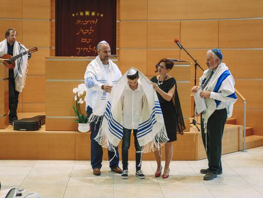 אמא ואבא מכסים את החתן בתלית - בית הכנסת הרפורמי דרכי נועם