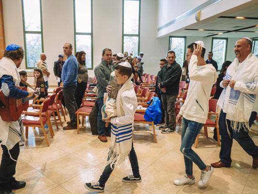 סיבוב עם ספר התורה בין האורחים - בית הכנסת הרפורמי דרכי נועם