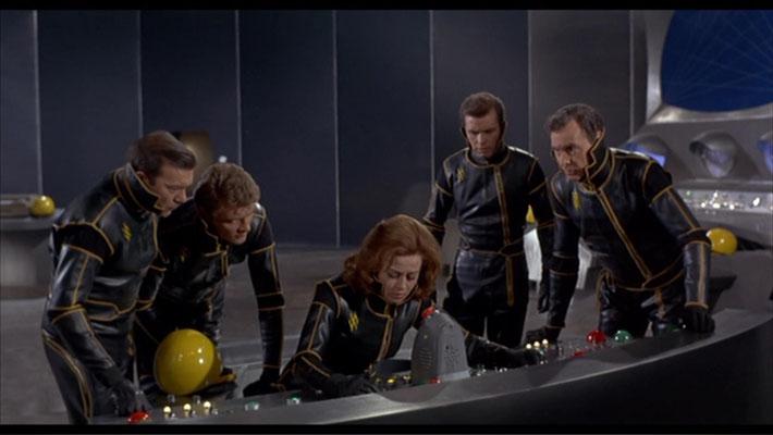 die Besatzung der ARGOS gerät auf dem Flug zum Planeten AURA in ernste Schwierigkeiten, die zu einer Notlandung führen werden. In der Mitte am Steuerpult: die Brazilianerin Norma Bengell als Sany
