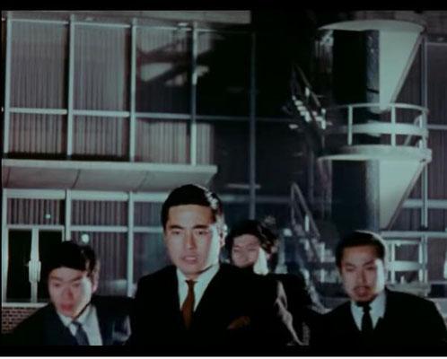 die Agenten des S.R.I. muten wie die japanische Version der Man in Black an