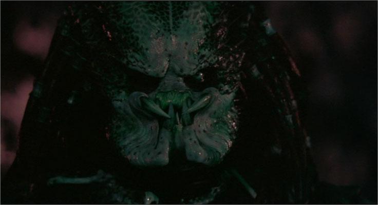 nachdem 2oth Century Fox bereits 750000 Dollar für einen völlig unbrauchbaren Predator ausgegeben hatte, wurde Maskenbildnerlegende Stan Winston mit der Herstellung der Maske beauftragt