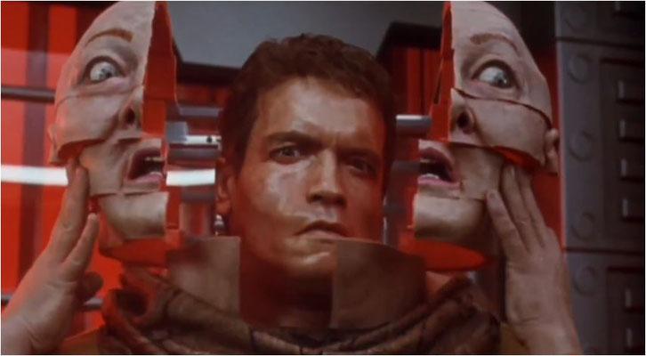 eine der vielleicht bekanntesten Szenen des Films ist die Verwandlung der alten Frau in Arnie, in der Verhoeven seinen Humor voll auspielt