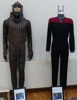 auch echte Star Trek Memorablien wurden gezeigt. Die rechte Uniform wurde in Star Trek Voyager getragen