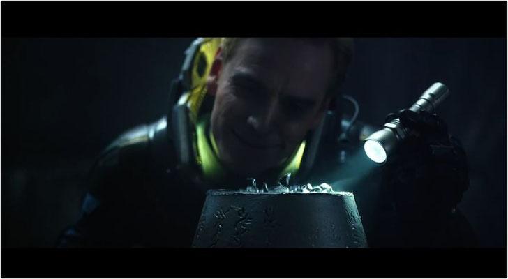 David, hervorragend dargeboten von Michael Fassbender, untersucht eines der Artefakte aus dem Alienraumschiff