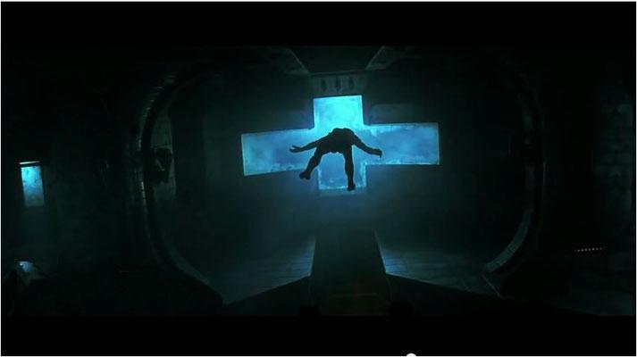 Regisseur Paul W. S. Anderson zieht alle Register des modernen Horrorfilms, hier eine Leiche in Schwerelosigkeit
