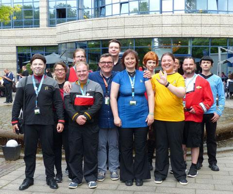 Foto mit einer Delegation der 3000 Mitglieder starken Facebookgruppe Star Trek Fans Deutschland
