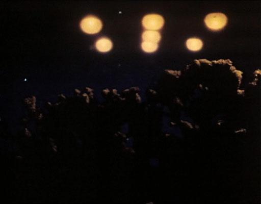 Für diese Aufnahme dienten wohl UFO Sichtungen, die in jener Zeit oft in der Presse zu sehen waren, als Vorbild