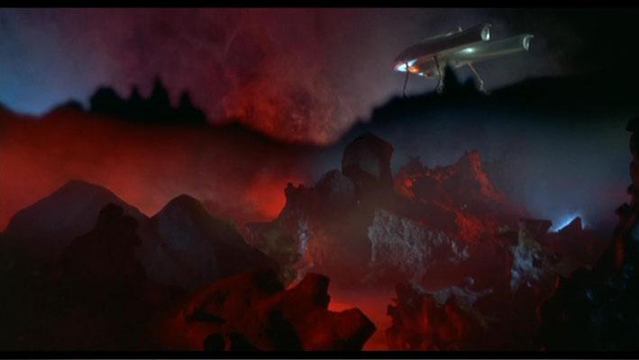 Feurige Rot- Erd- und Balutöne dominieren das Bild und sorgen für eine schaurig-schöne Atmosphäre, die hervorragend zum Film passt