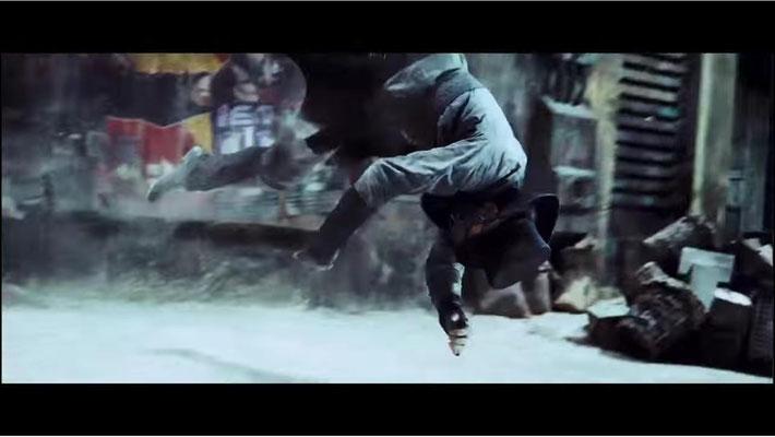 i den Kampfszenen orientierte man sich eindeutig an Filmen wie Matrix, hier ein Gegner, der nach einem einzigen Schlag meterweit durch die Luft gewirbelt wird)
