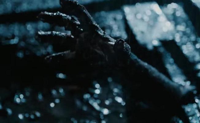 auch das Bild der matschverschmutzten Hand, die sich (wie aus einem Grab) erhebt, kommt dem Fan bekannt vor