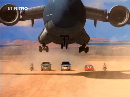 Das Team Knight Rider: Im Vordergrund: Sky One, von links nach rechts: Erica mit KAT, Duke mit BEAST, Kyle mit DANTE, Jenny mit DOMINO und Trek mit PLATO