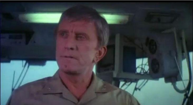 Kirk Douglas spielt seine Rolle als Captain Yelland gewohnt routiniert