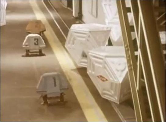 ...der nur von den kleinen, so menschlich wirkenden, Robotern Louie, Dewey und Huey unterstützt wird