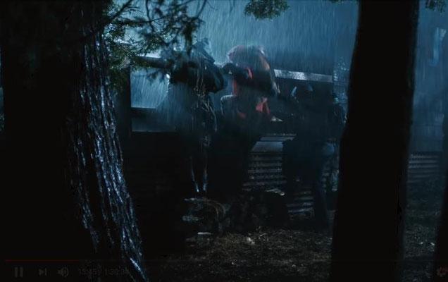in Recreator begegnen uns bekannte Versatzstücke des Teenie-Horror-Movies: hier: unsere drei Helden versuchen sich bei Nacht, im strömenden Regen, in ein einsames Anwesen zu flüchten