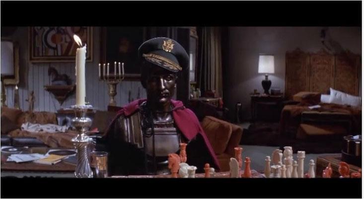 das Schachspiel gegen die Büste von Julius Cäsar verkörpert die Einsamkeit, der Robert Neville als vielleicht letzter Mensch auf der Erde ausgesetzt ist