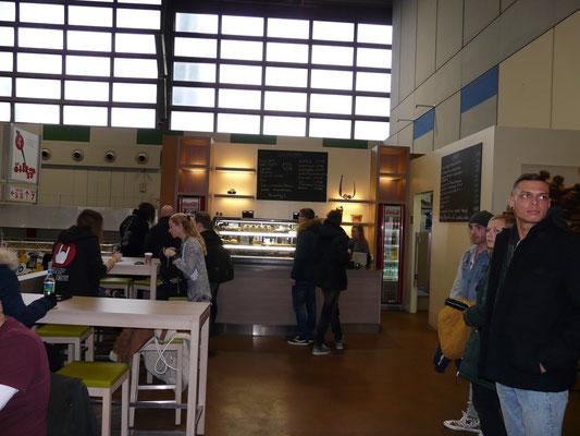 Die Café Lounge treppauf in Halle 4 war um 11.00Uhr morgens noch leer und sauber.