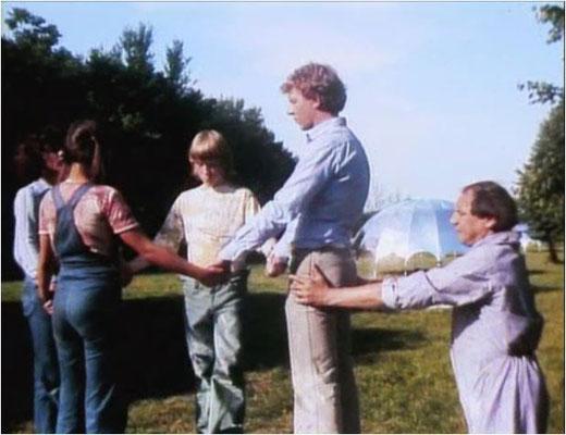 der leider viel zu früh verstorbene Dieter Schidor als Lehrer Gen, kurz vor der Zeitreise in die Vergangenheit. Die silbernen Zeltkuppeln im Hintergrund stellen die Wohnstätten der Zukunft dar