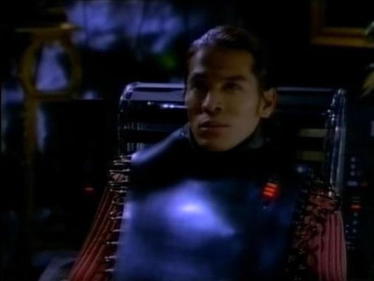 """ein """"Jockey"""", der sich mit speziellen Handschuhen und Kopfhörern durch eine stylisch designte Cyberwelt bewegt"""