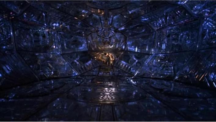 perfekt inszeniert: Der junge David ist als einziger in der Lage, das fremde Raumschiff zu betreten: im Inneren erföffnet sich ihm eine Welt, in die mit Sicherheit so ziemlich jeder Junge auch heute noch gerne einmal abtauchen würd