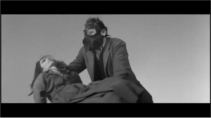 Vincent Price als Robert Morgan bei der Verrichtung seines brutalen Alltags: um die Wiederauferstehung der Infizierten zu verhindern, verbrennt er sie in einer riesigen Grube