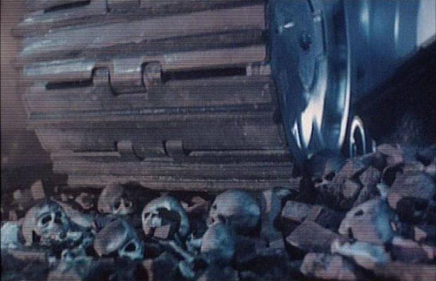 eine der wenigen Szenen, die in der Zukunft angesiedelt sind: Milliarden Menschen sind von Skynet ausgelöscht worden
