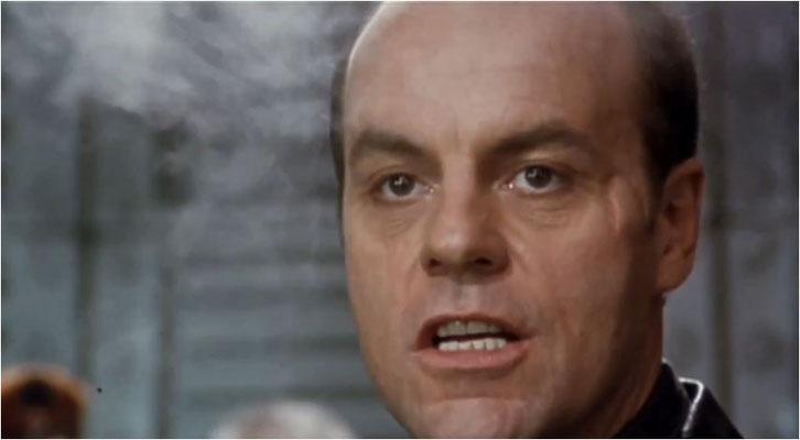 Michael Ironside, bekannt aus Star Ship Troopers und DSV Seaquest 2032 übernahm wieder einmal seine Paraderolle als Bösewicht