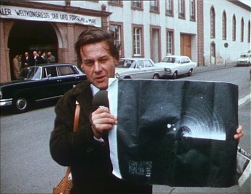 der Reporter Will Will Roczinski stößt während eines Ufologen-Kongresses auf eine unglaubliche Geschichte, auf dessen Spuren er sich begibt. Der Kongross hat tatsächlich 1967 in Mainz stattgefunde, wobei Erler die Texttafeln für seinen Film verwendete